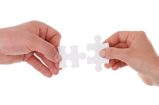 mains et puzzle représentant un partenariat